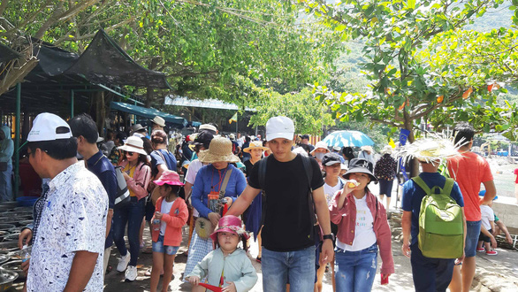 Visitors crowds the Cham Islands, off the central province of Quang Nam. Photo: Le Trung / Tuoi Tre