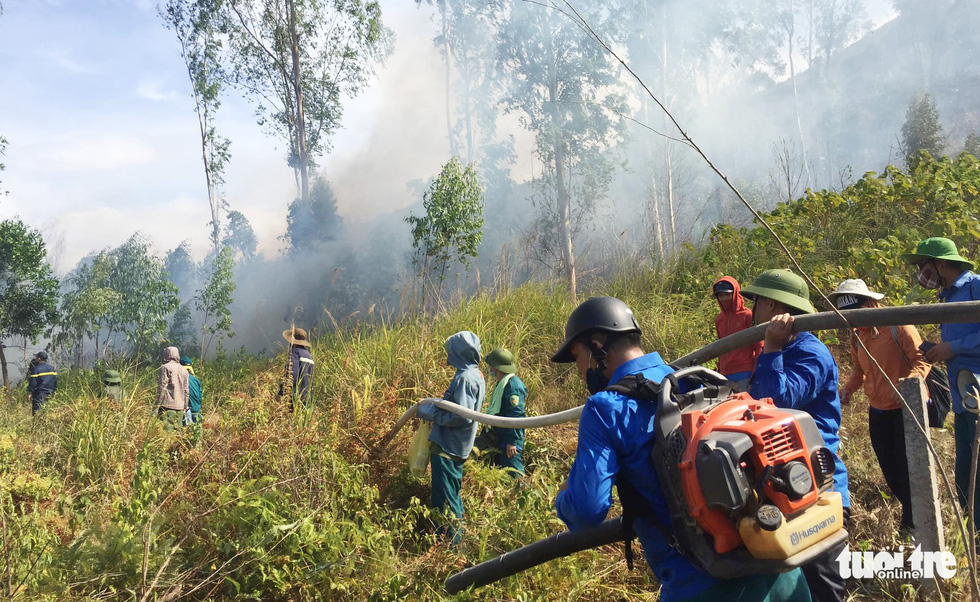 People join hands to put out a forest fire in Nghe An Province. Photo: Kim Nam / Tuoi Tre