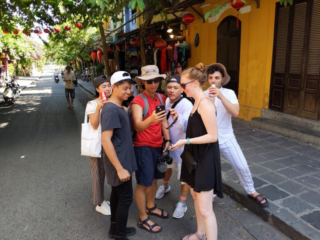 The YouTubers search for the locations of local delicacy stalls in Hoi An City, Quang Nam Province, central Vietnam. Photo: Google Adventure Vietnam
