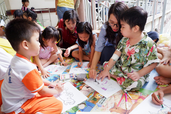 'Reading ambassadors' spread literary love to child patients in Ho Chi Minh City