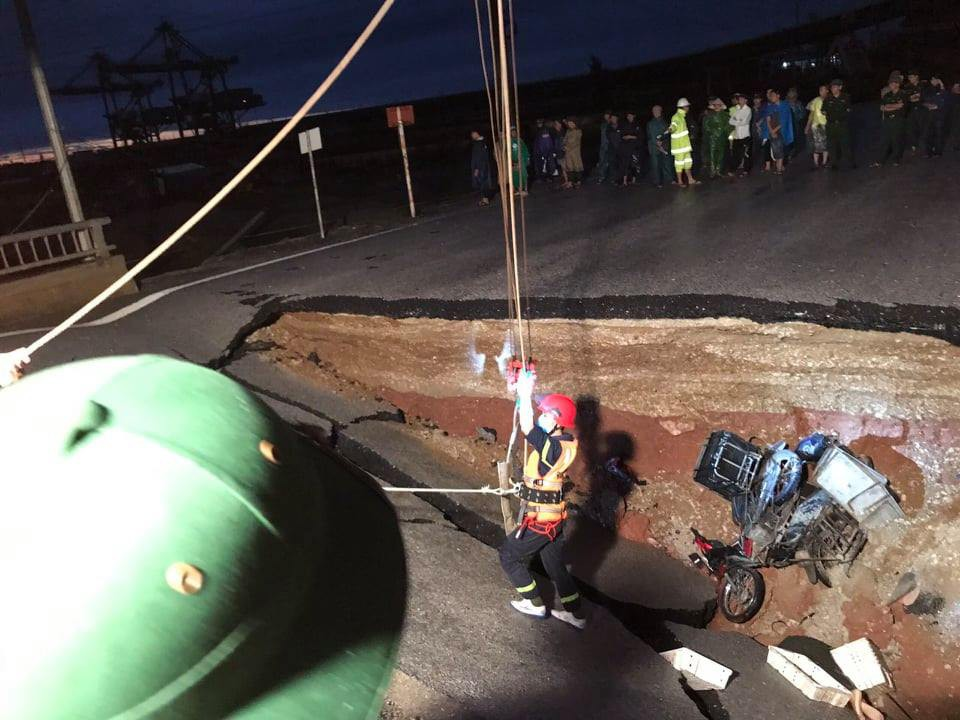 Rescuers arrive at the scene of the subsidence. Photo: Thanh Hoa police
