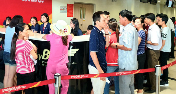 Passengers queue up to claim flight delay compensation at the Tan Son Nhat International Airport in Ho Chi Minh City in this photo taken in June 2019. Photo: Cong Trung / Tuoi Tre