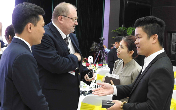 Foreign investors engage in a conversation at an event in the central city of Da Nang. Photo: V.Hung / Tuoi Tre