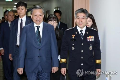 Min Gap Ryong (R), Commissioner Ceneral of the Korean National Police Agency, walks with To Lam, Vietnamese Minister of Public Security, before holding talks at the agency headquarters in Seoul on July 8, 2019. Photo: Yonhap