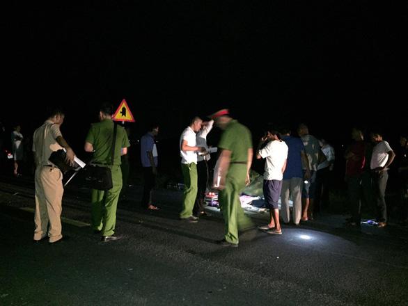 Competent authorities probe the crash site. Photo: Tran Hung / Tuoi Tre