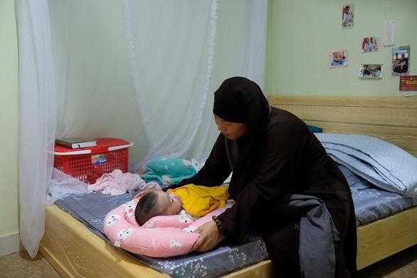 Venerable Minh Tai gets baby Trieu Hoai An to sleep. Photo: Mai Vinh / Tuoi Tre
