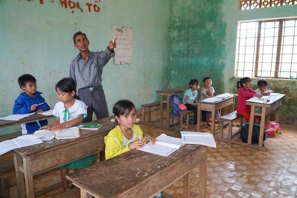 Vietnamese teacher dedicates life to children in remote areas