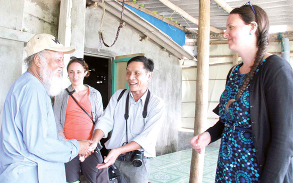 Senior islander Bui Hoang (left) talks with Vietnamese doctor Chu Manh Trinh and American tourism experts Ashley Hollenbeck and Nicole Bortley about a strategy to elevate tourism on the island. Photo: Tran Mai / Tuoi Tre