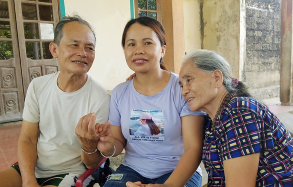 Pham Thi Nhan with her parents. Photo: Quoc Nam / Tuoi Tre
