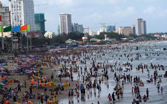 Tourists flock to a beach in southern Vung Tau City during the summer break in 2019. Photo: Dong Ha / Tuoi Tre