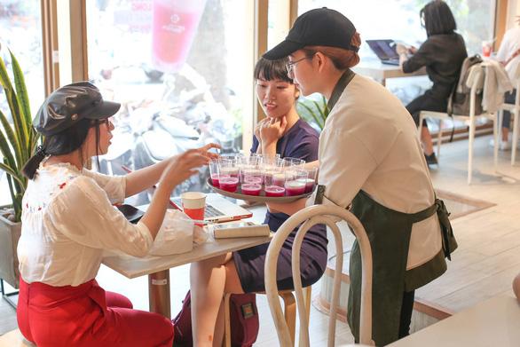 A waitress servesdrinks at a Ten Ren outlet in Ho Chi Minh City. Photo: Ten Ren Vietnam