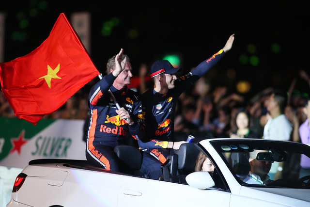 Legendary racer David Coulthard (left) waves to audiences at the Formula 1 Vietnam Grand Prix warm-up show in Hanoi on April 2019. Photo: Nguyen Khanh / Tuoi Tre