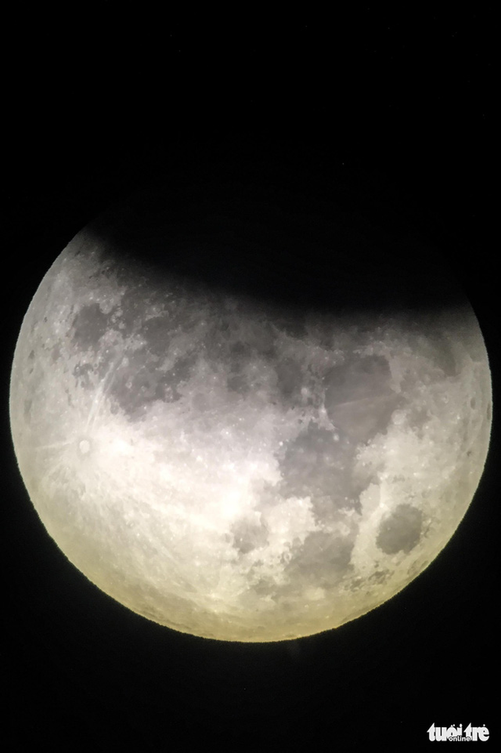 A close-up view of the partial lunar eclipse on July 16 and 17, 2019. Photo: Hoang Thanh Tung / Tuoi Tre