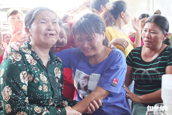 Le Thi Lan and her moher, Nguyen Thi Lien, cry as they see each other for the first time in 24 years. Photo: Doan Hoa / Tuoi Tre