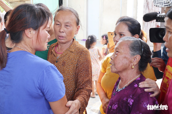 Lan greets neighbors in her hometown. Photo: Doan Hoa / Tuoi Tre
