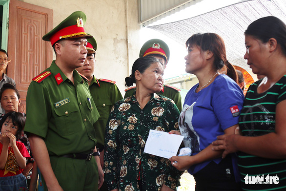 Lan receives a gift from the provincial Department of Police during the family reunion. Photo: Doan Hoa / Tuoi Tre