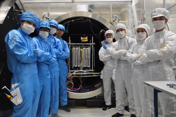Vietnamese scientists take a photo with the MicroDragon Earth observation satellite. Photo: Tuoi Tre