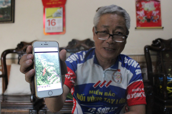 Thanh Hai shows a photo of a particularly difficult cycling route he conquered. Photo: My Lang / Tuoi Tre