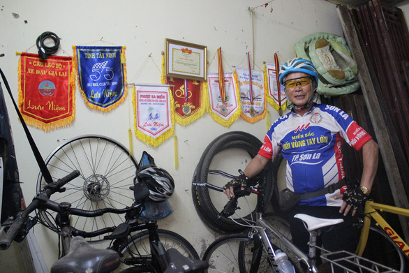 Dang Thanh Hai smiles with his bikes and cycling certificates. Photo: My Lang / Tuoi Tre