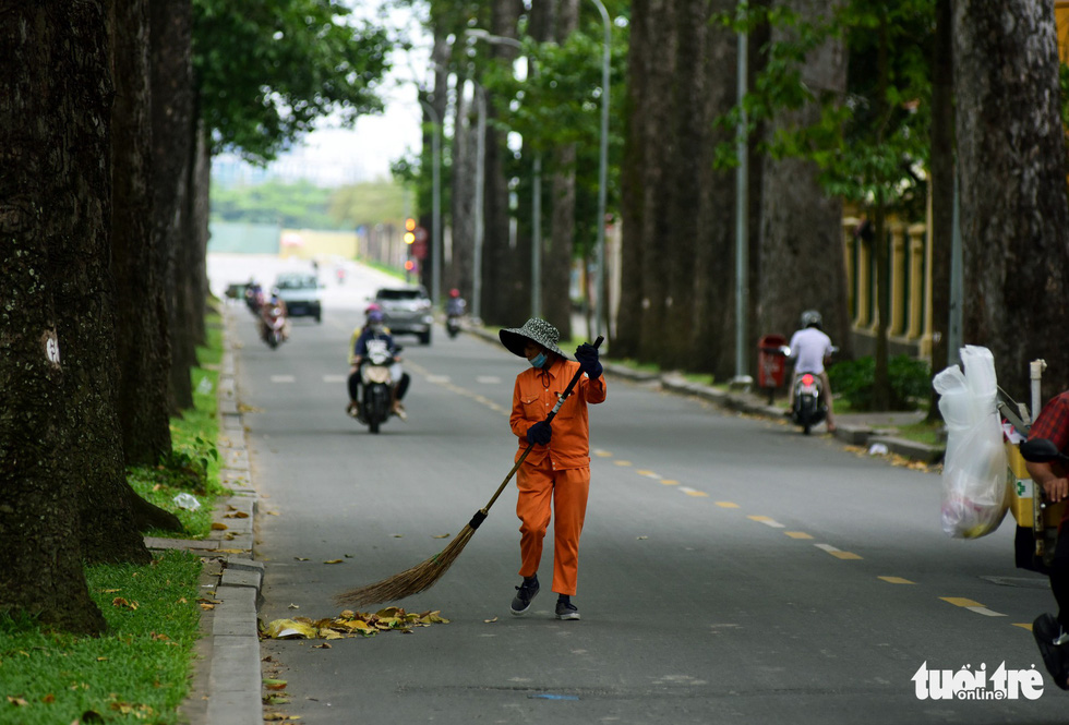 A sanitation worker sweeps the street in Ho Chi Minh City. Photo: Duyen Phan / Tuoi Tre