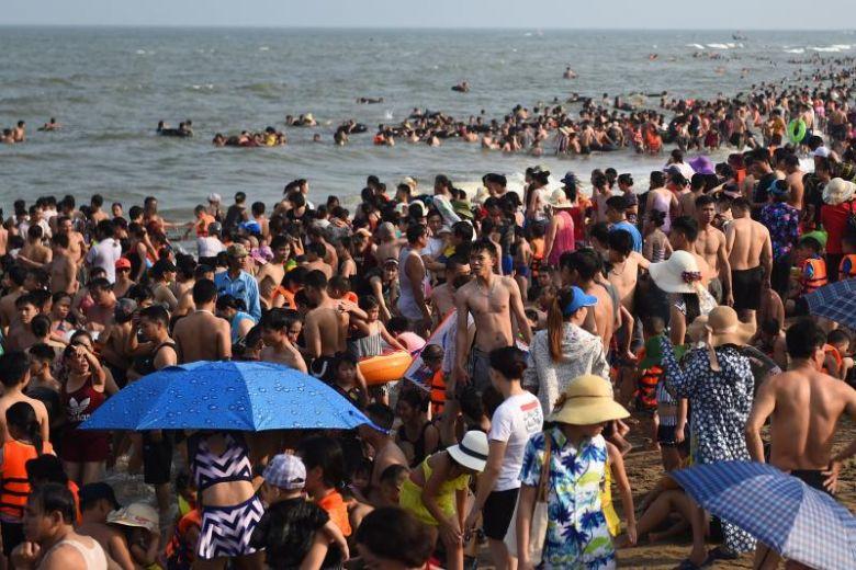 Beach hustle: Thousands pack popular Vietnam shore