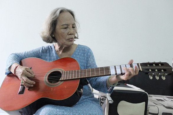 Vietnamese elderly woman learns to play musical instruments at 80