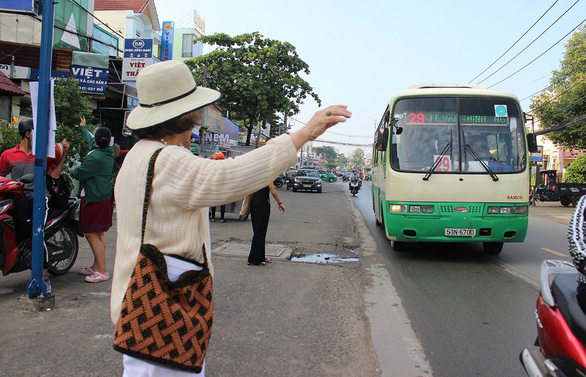 Nguyen Thi Lam takes a bus to the piano center every morning. Photo: My Lang / Tuoi Tre