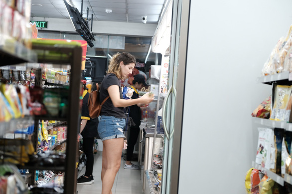 A foreigner shops at a convenience store in District 1, Ho Chi Minh City. Photo: Mai Thuong / Tuoi Tre