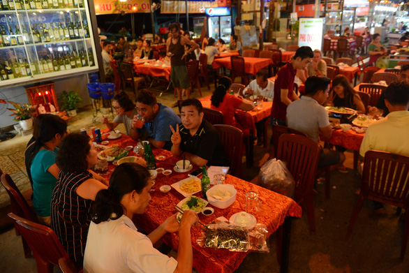 Visitors enjoy food at a night market in Phu Quoc, Kien Giang Province. Photo: Quang Dinh / Tuoi Tre
