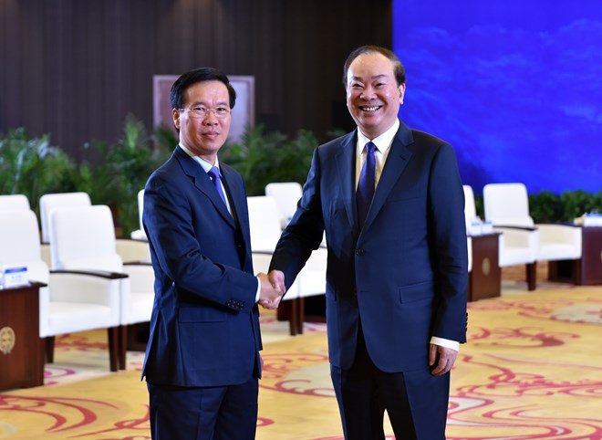 Vo Van Thuong (L), Politburo member, Secretary of the Communist Party of Vietnam (CPV) Central Committee and head of the CPV Central Committee's Information and Education Commission, and Huang Kunming, Politburo member, Secretary of the Communist Party of China (CPC) Central Committee's Secretariat and head of the CPC Central Committee's Publicity Department, shake hands at a workshop in Guiyang City, China on July 21, 2019. Photo: Vietnam News Agency