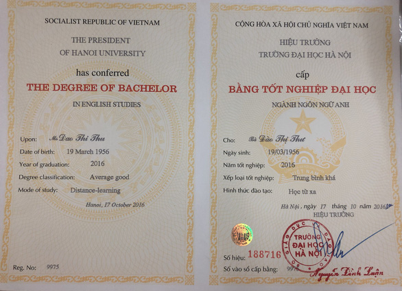 The first college degree of 63-year-old Dao Thi Thu. Photo: M. G. / Tuoi Tre