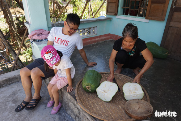 <em>A farmer slices a giant winter melon in Chanh Trach Village, My Tho Commune, Phu My District, Binh Dinh Province. Photo:</em> Ngoc Diep / Tuoi Tre