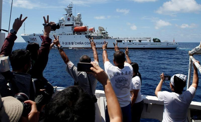 A Chinese Coast Guard vessel maneuvers to block a Philippine government supply ship with members of the media aboard at the disputed Second Thomas Shoal, part of Vietnam's Truong Sa (Spratly) Islands, in the East Vietnam Sea on March 29, 2014. Photo: Reuters