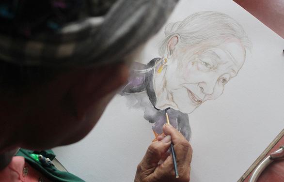A portrait of Vietnamese woman Le Thi Cai by elderly artist Dang Ai Viet. Photo: My Lang / Tuoi Tre