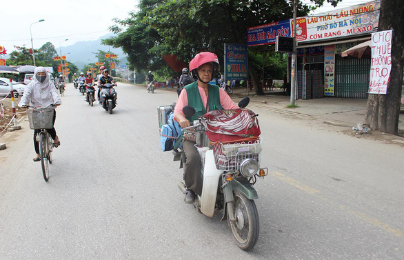 Vietnamese artist Dang Ai Viet travels across Vietnam on her old motorbike to draw portraits of people who served the country in war time. Photo: My Lang / Tuoi Tre