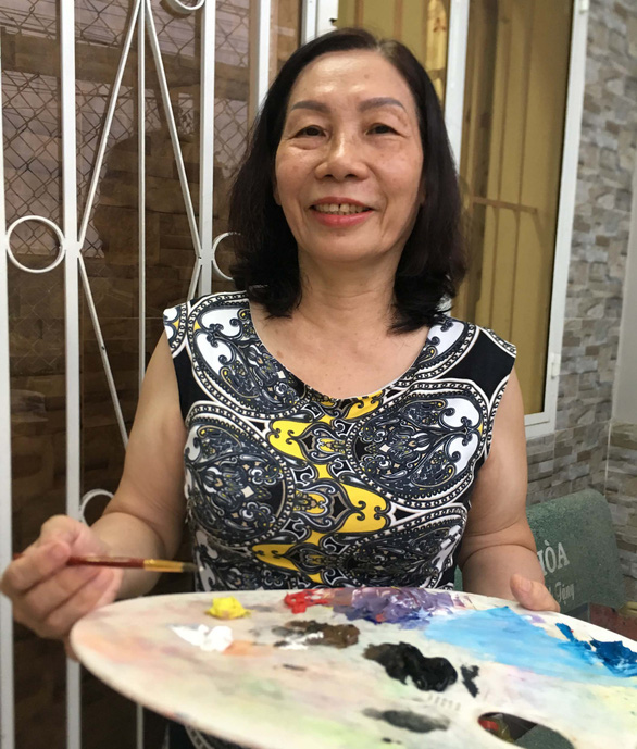 Nguyen Hoa Hong happily holds her palette. Photo: My Lang / Tuoi Tre