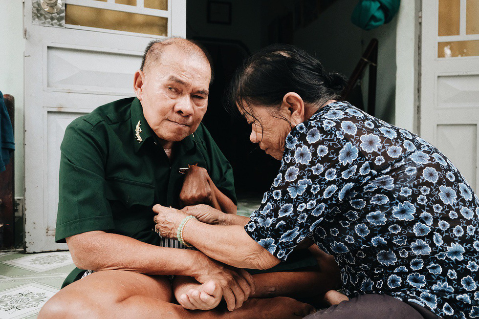 Post-war invalid Le Van Thanh is seen with his wife. Photo: Mai Thuong / Tuoi Tre