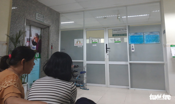 Outside the postoperative recovery room at the Hoan My Hospital in Da Nang. Photo: Doan Nhan / Tuoi Tre