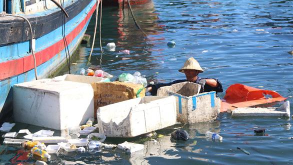 An employee of the Nha Trang Urban Environment JSC collect rubbish in Nha Trang Bay. Photo: Tuoi Tre