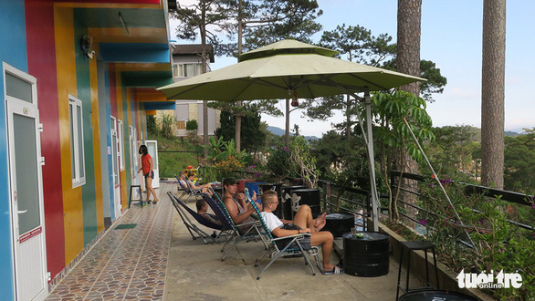 Visitors sit on the porch of a homestay on Dang Thai Than street in Da Lat, where accommodation is provided for VND 89,900 (US$3.9). Photo: T.T.D / Tuoi Tre