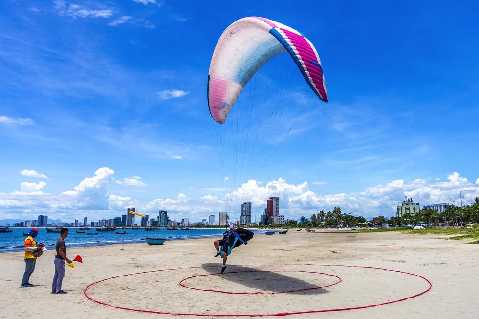 80 paragliding athletes compete in Da Nang