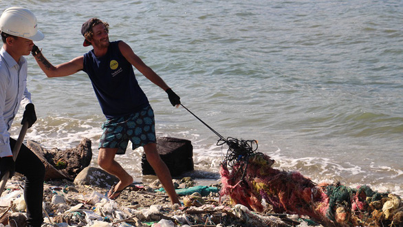 A member of Trashpackers cleans up a beach in Nha Trang Bay. Photo: Tuoi Tre