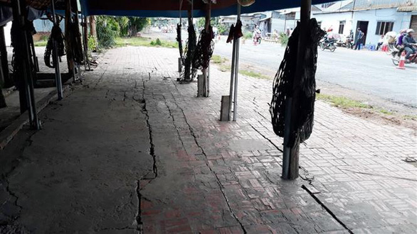 A café is affected by the cracks. Photo: Vietnam News Agency