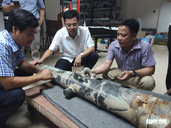 Huynh Dinh Quoc Thien (right), director of the Museum of Da Nang, is seen at the reception of a 350-year-old cannon in Da Nang City, central Vietnam. Photo: Doan Nhan / Tuoi Tre