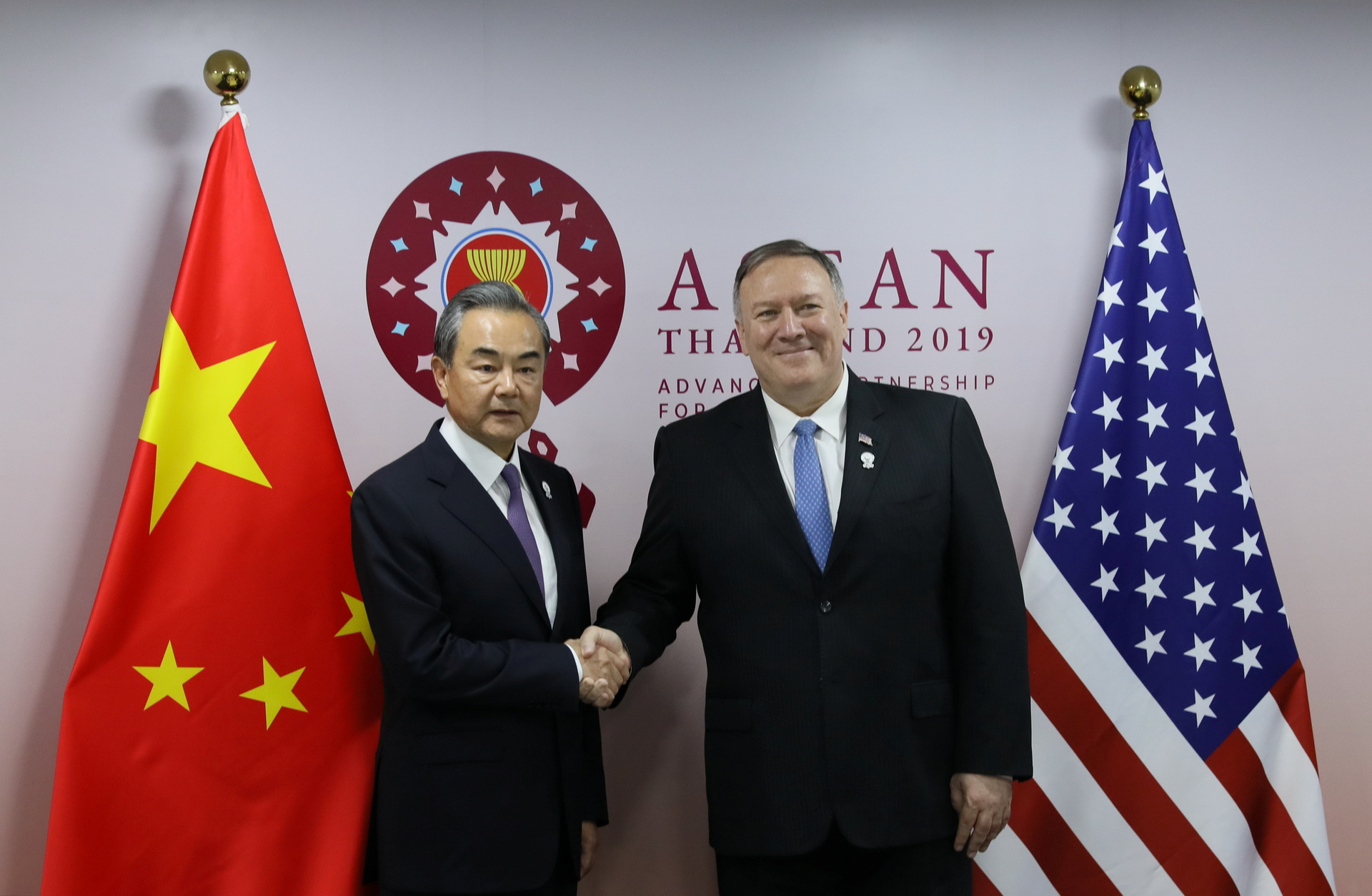 U.S. Secretary of State Mike Pompeo shakes hands with Chinese Foreign Minister Wang Yi on the sidelines of the ASEAN Foreign Ministers' Meeting in Bangkok, Thailand, August 1, 2019. Photo: Reuters