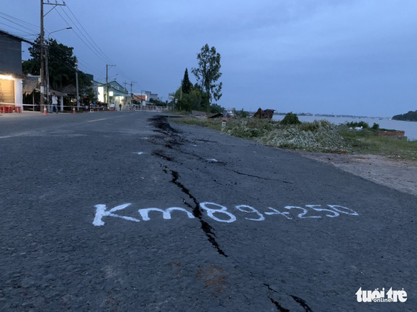 Large cracks along the national highway on the evening of July 31, 2019. Photo: Buu Dau / Tuoi Tre