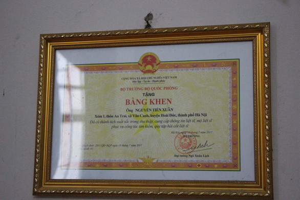 Acertificate of merit from General Ngo Xuan Lich, Vietnam's Minister of Defense, for Nguyen Tien Xuan's outstanding achievements in collecting and providing information on fallen soldiers and their grave sites is seen in this photo. Photo: Ha Thanh / Tuoi Tre