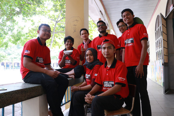 Malaysian volunteers pose for a group photo. Photo: Binh Minh / Tuoi Tre