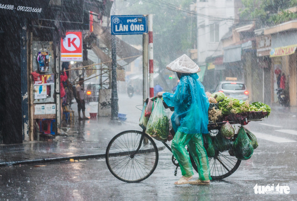 Hanoi laborers toil in stormy weather