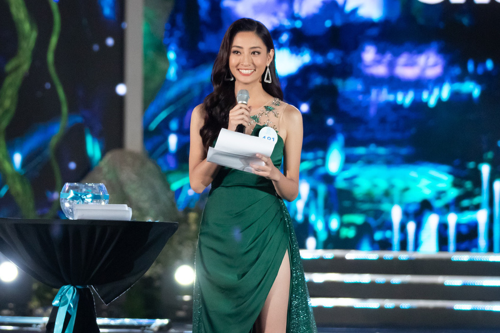 <em>Luong Thuy Linh holds the microphone to answer her question during the Q&A session in the finale of Miss World Vietnam on August 3, 2019 at Cocobay Da Nang in Da Nang City in this supplied photo.</em>
